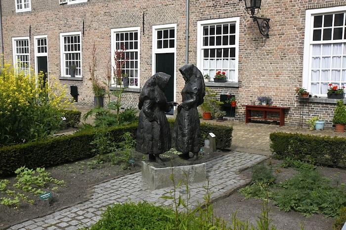 Скульптурная композиция, изображающая бегинок, в городе Бреда. Источник: starpi.livejournal.com